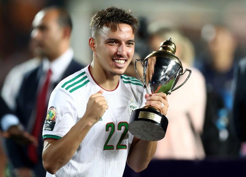 لاعب الوسط الجزائري الدولي إسماعيل بن ناصر